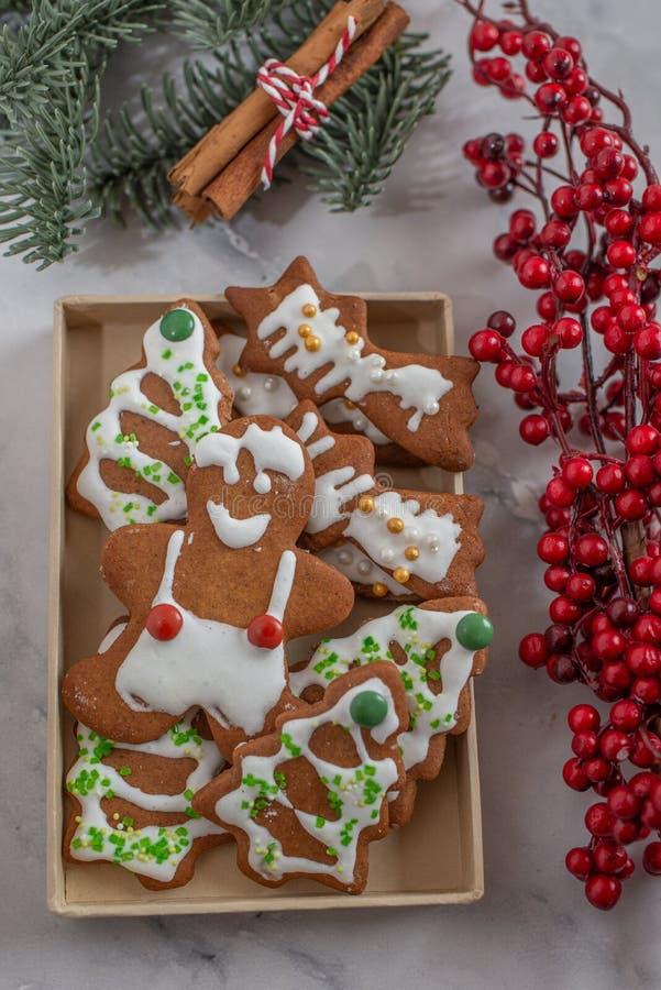A casa fez cookies do homem de pão-de-espécie do Natal com um fundo festivo fotografia de stock