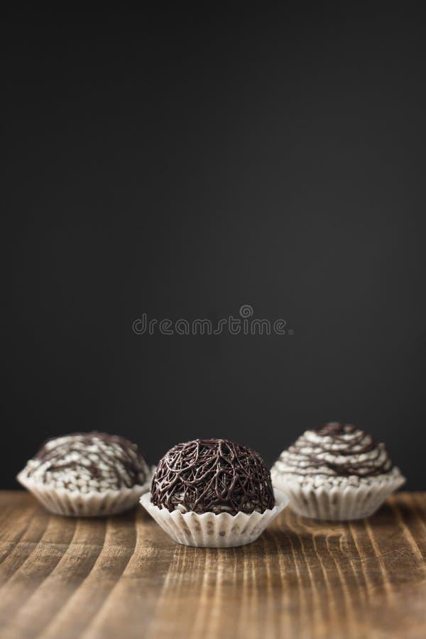 A casa fez doces com chocolate e sésamo fotografia de stock