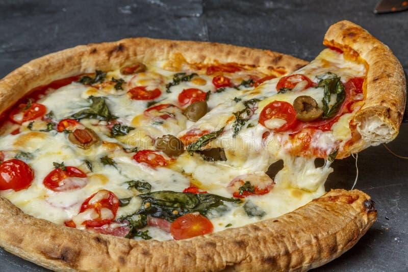 A casa fez a fatia da pizza imagem de stock royalty free