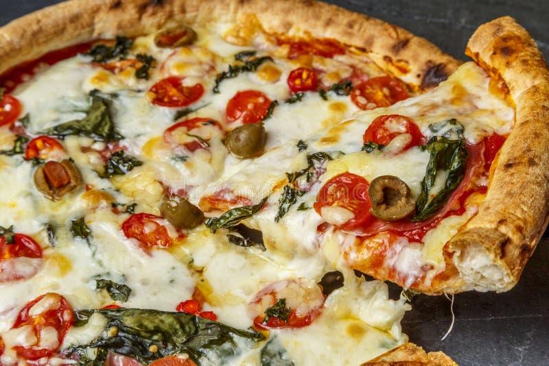 A casa fez a fatia da pizza fotos de stock