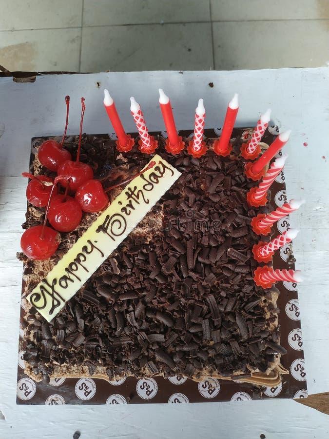 A casa fez o bolo de aniversário com o chery na parte superior fotografia de stock