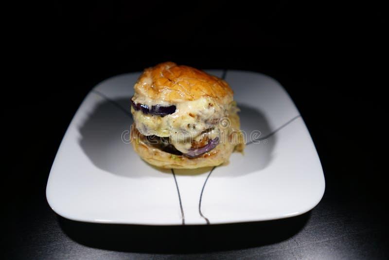 A casa fez o hamburguer da carne da massa de vidraceiro fotografia de stock