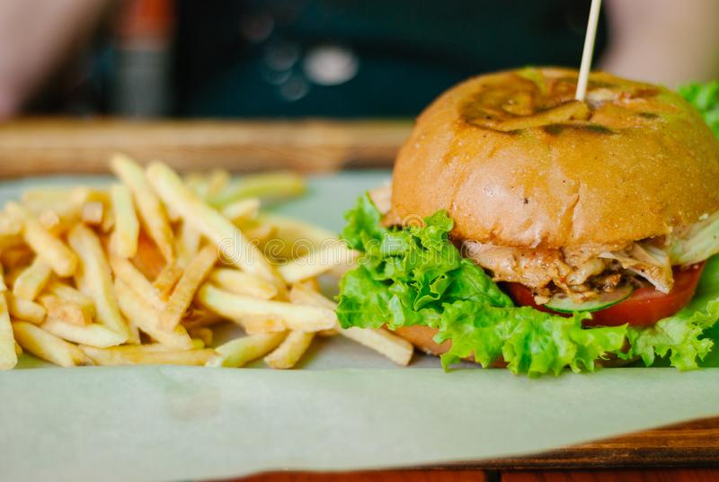 A casa fez o hamburguer da galinha com batatas fritas foto de stock royalty free