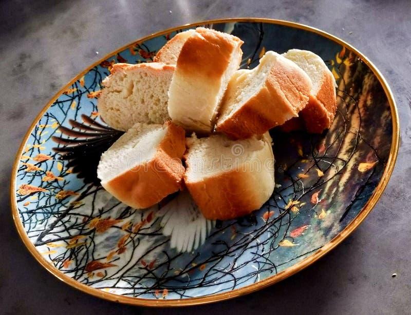 A casa fez o pão com crosta dourada foto de stock