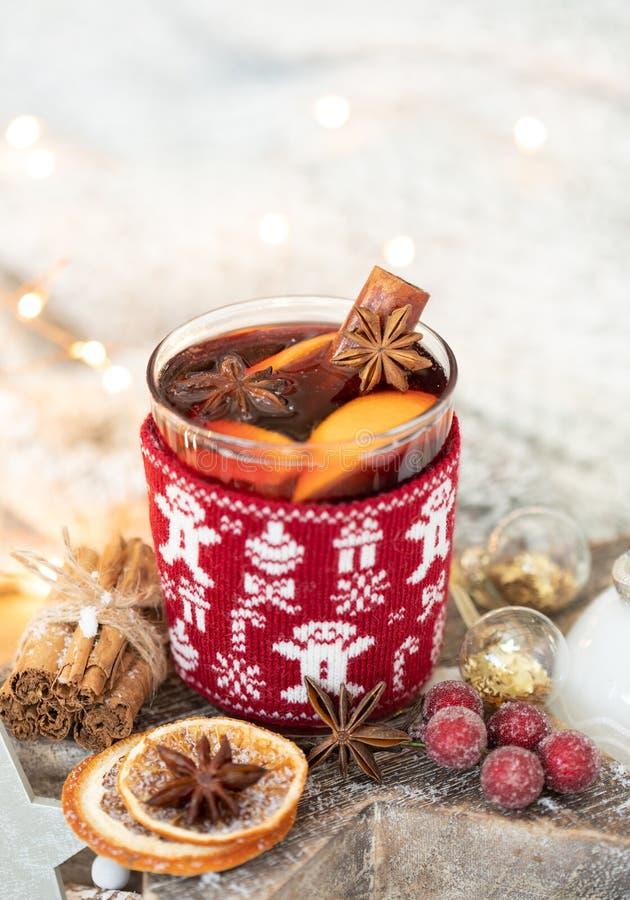 A casa fez o vinho ferventado com especiarias festivo fotografia de stock
