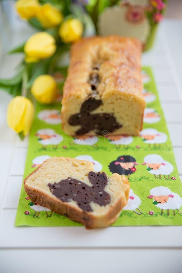 A casa fez a Páscoa Bunny Cake foto de stock