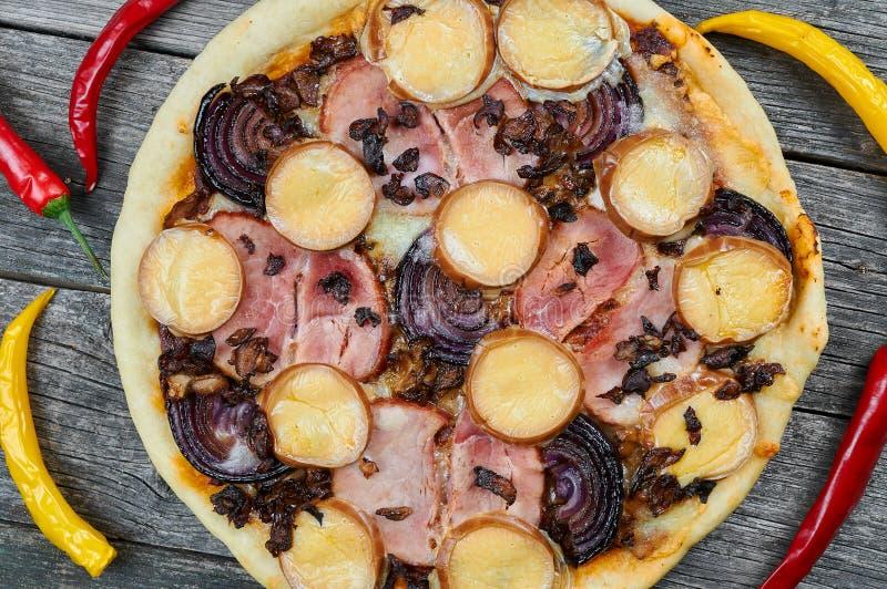A casa fez a pizza com ingredientes do eco fotos de stock