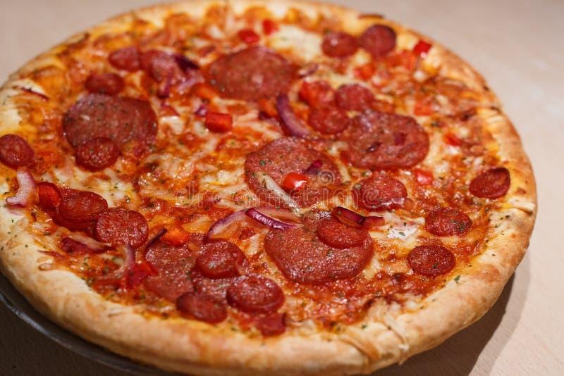 A casa fez a pizza com salame foto de stock