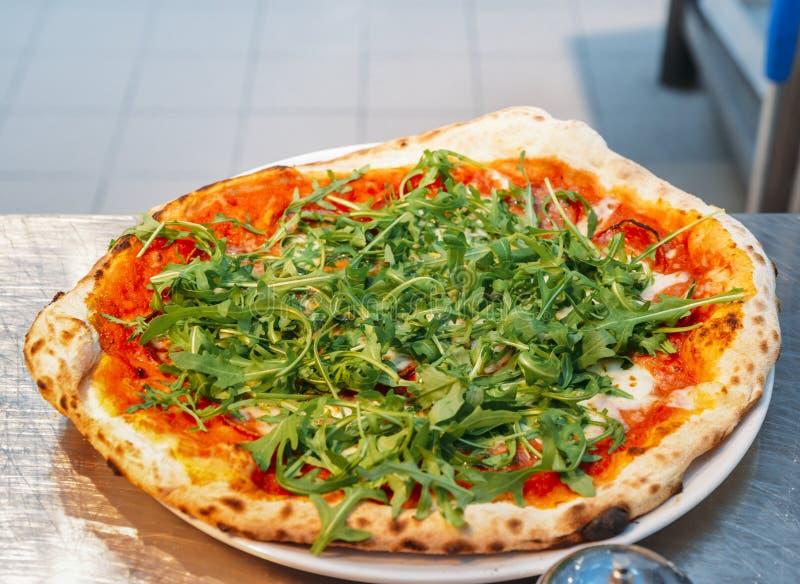 A casa fez a pizza do vegetariano com rúcula fotografia de stock royalty free
