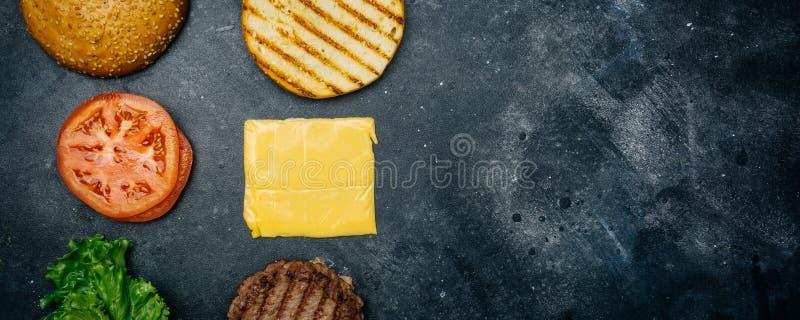 A casa fez a receita da composição do hamburguer Produtos para o hamburguer clássico em um fundo escuro Copie o ? e do spa? fotografia de stock