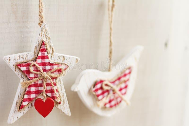 A casa fez a suspensão esperto das decorações do Natal horizontal fotos de stock royalty free