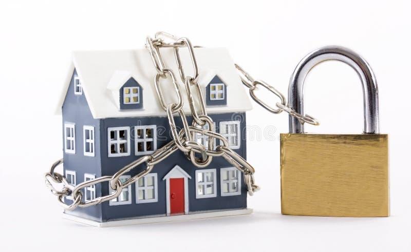 Casa fixada com corrente e cadeado imagem de stock