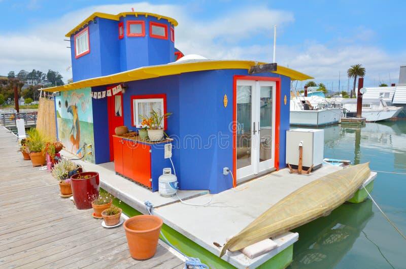 Casa flotante colorida en Sausalito California foto de archivo