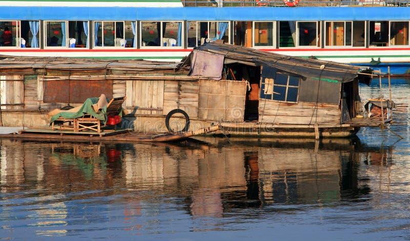 Casa flotante de la pesca en un fondo del crucero turístico fotos de archivo