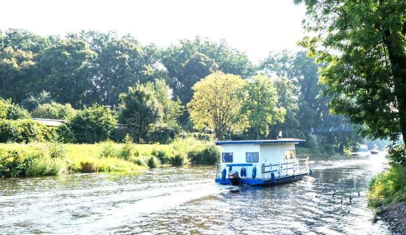 Casa flotante en el Havel imagenes de archivo