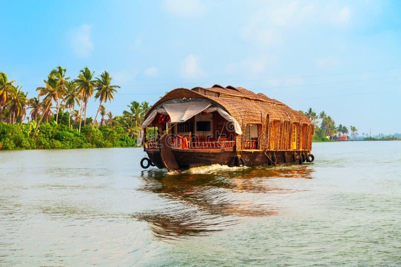 Casa flotante en los remansos de Alappuzha, Kerala foto de archivo libre de regalías