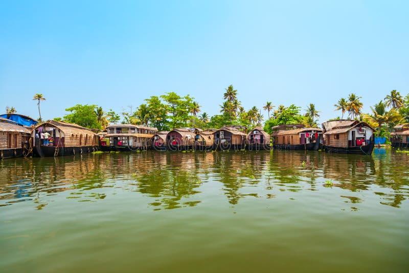 Casa flotante en los remansos de Alappuzha, Kerala fotos de archivo