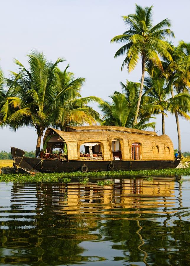 Casa flotante en los remansos de Kerala, la India imagen de archivo
