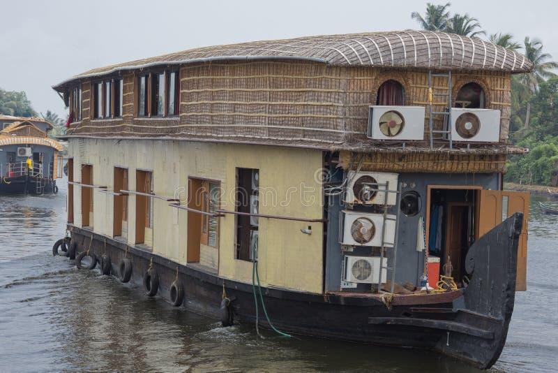 Casa flotante para las travesías turísticas foto de archivo libre de regalías