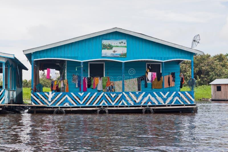 Casa flotante típica en Manaus el Brasil imágenes de archivo libres de regalías