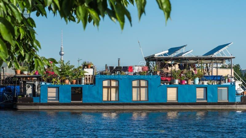 A casa flutuante azul descansa em Treptow na série do rio berlim germany imagens de stock royalty free