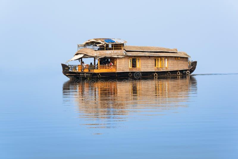 Casa flutuante famosa na laca de Vembanad imagens de stock royalty free