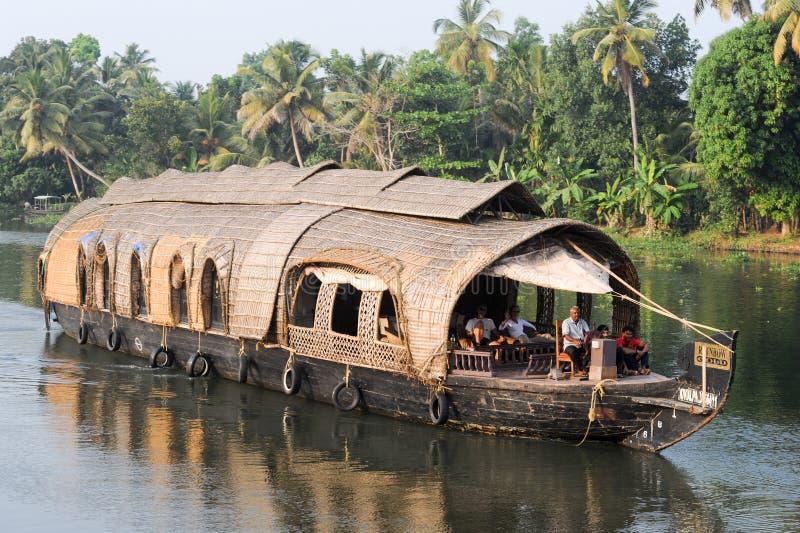 Casa flutuante indiana tradicional que cruza perto de Alleppey em vagabundos de Kerala foto de stock