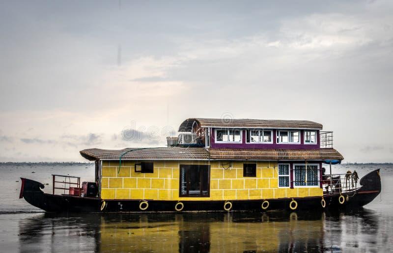 Casa flutuante isolada na maré com céu e nuvem foto de stock