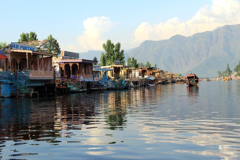 Casa flutuante no lago Dal. imagens de stock royalty free