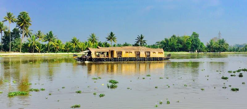 Casa flutuante no lago do vembanadu imagem de stock