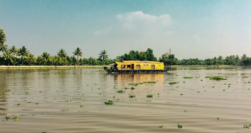 Casa flutuante no lago do vembanadu fotografia de stock