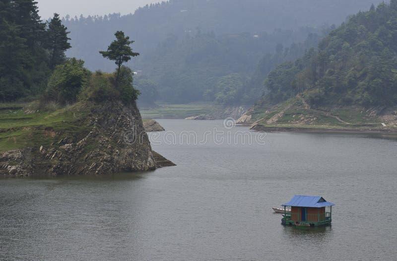Casa flutuante no lago imagens de stock
