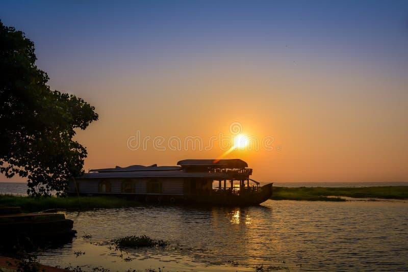 Casa flutuante no lago Vembenad, Kerala imagem de stock