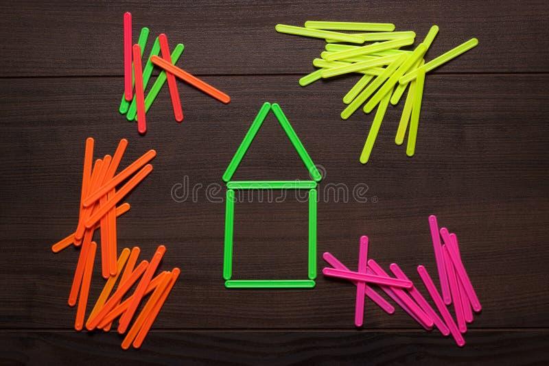 Casa formada con el verde que cuenta los palillos fotos de archivo