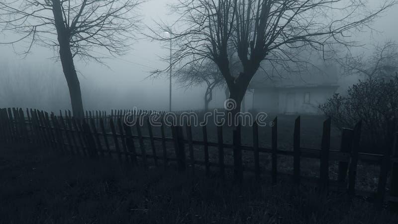 Casa frecuentada del horror en la niebla imagenes de archivo