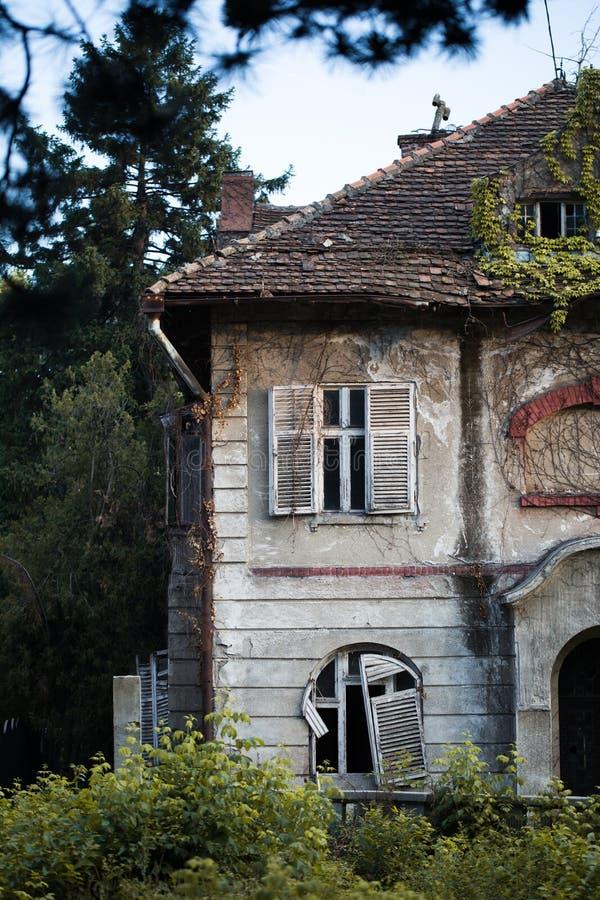 Casa frecuentada vieja foto de archivo libre de regalías