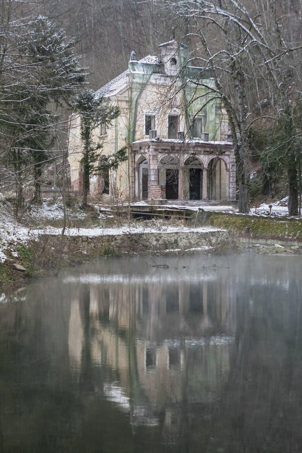 Casa frequentata accanto ad un lago fotografie stock libere da diritti