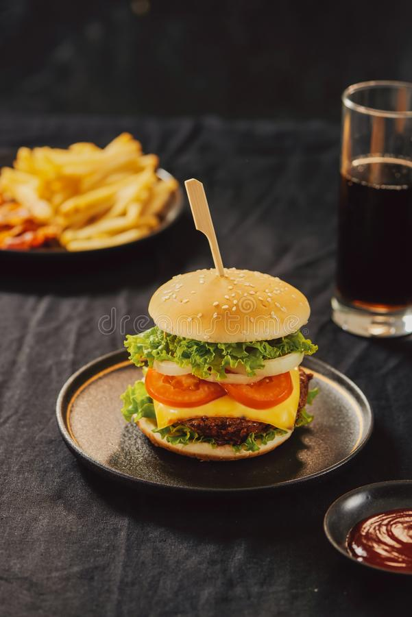 A casa fresca deliciosa fez o hamburguer com alface, queijo, cebola e tomate fotos de stock royalty free