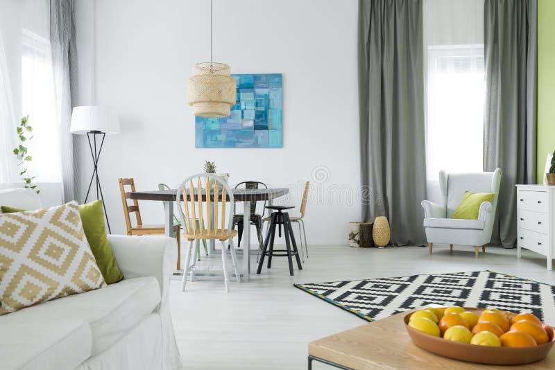 Casa funcional com mesa de jantar foto de stock royalty free