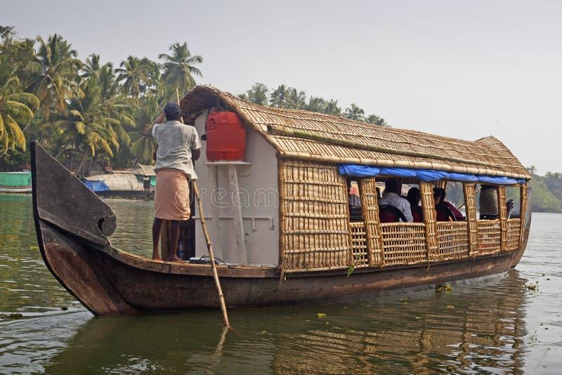 Casa galleggiante, barca facente un giro turistico agli stagni famosi del Kerala immagine stock