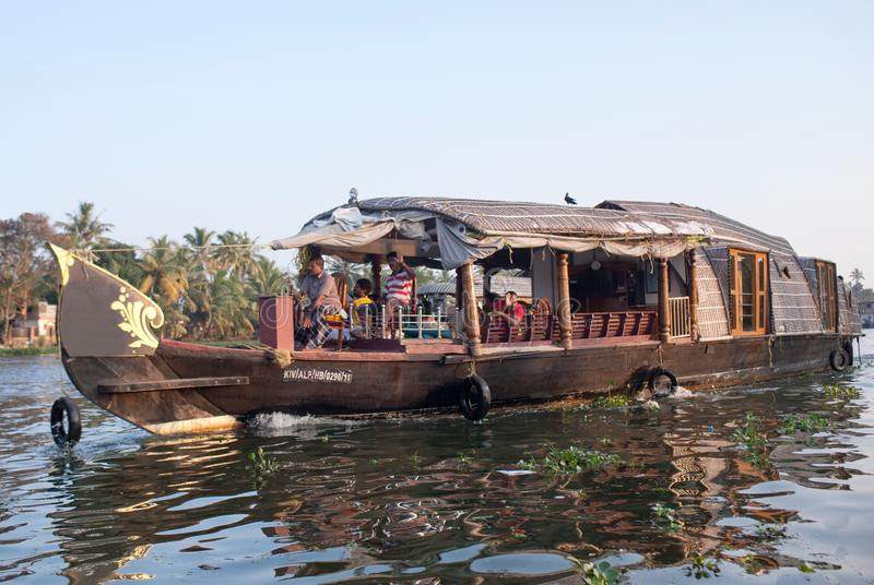 Casa galleggiante sugli stagni nel Kerala, India del sud immagini stock libere da diritti