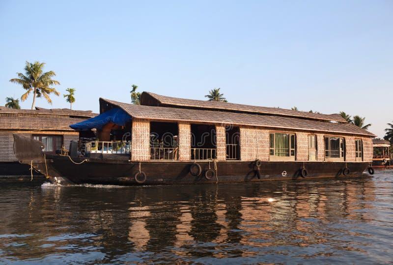 Casa galleggiante sugli stagni nel Kerala, India del sud fotografia stock
