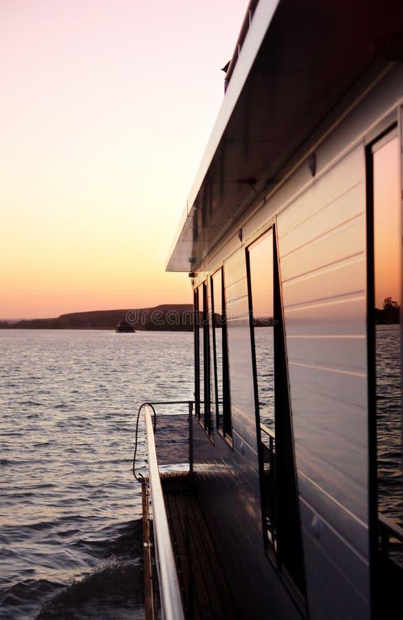 Casa galleggiante sul fiume fotografia stock