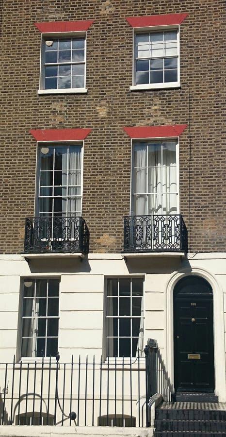 Casa georgiana con le finestre di telaio immagini stock