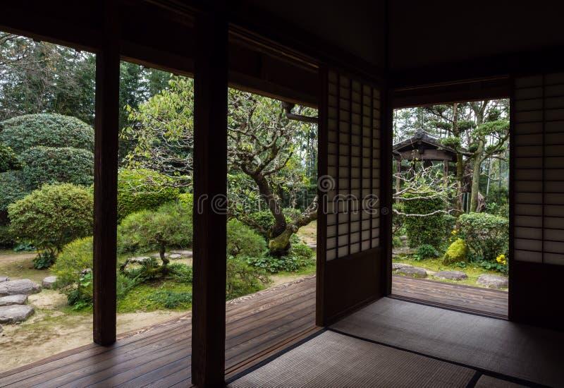 Casa giapponese di Raditional con il giardino in Kitsuki fotografia stock libera da diritti