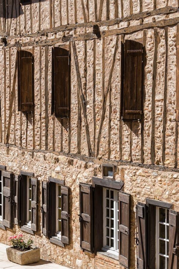 Casa a graticcio nel villaggio di Soreze, Francia fotografia stock