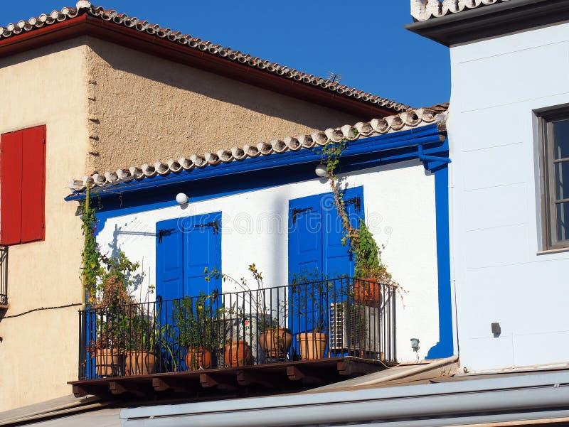 Casa grega branca pequena com portas azuis imagens de stock royalty free
