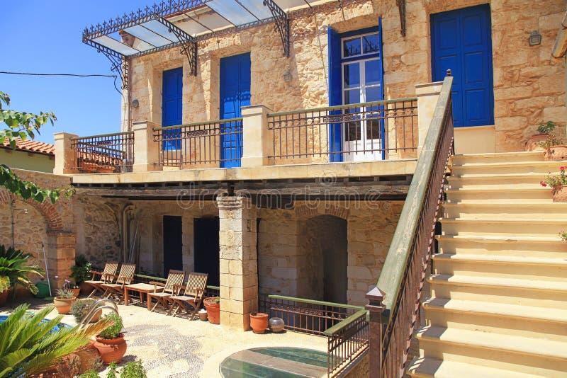 Casa grega velha com portas e as janelas azuis, Creta fotografia de stock royalty free