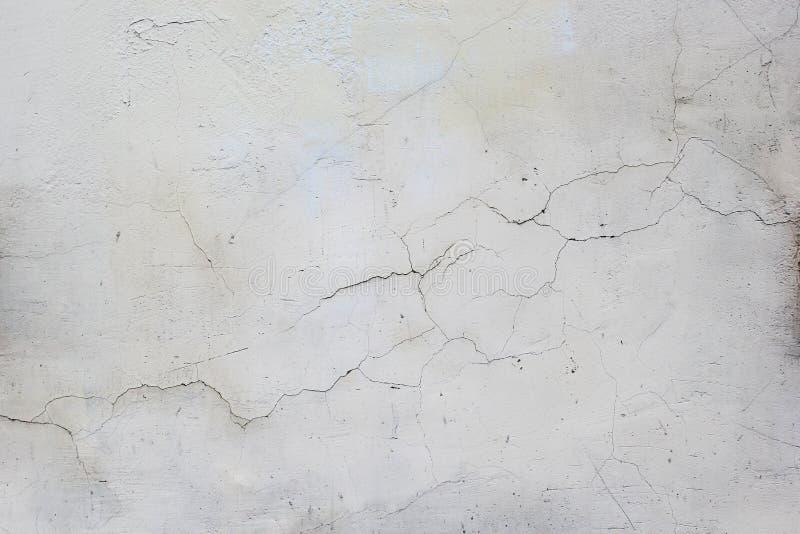 casa grigia di pittura e di vecchio gesso sporco con le crepe fotografie stock libere da diritti