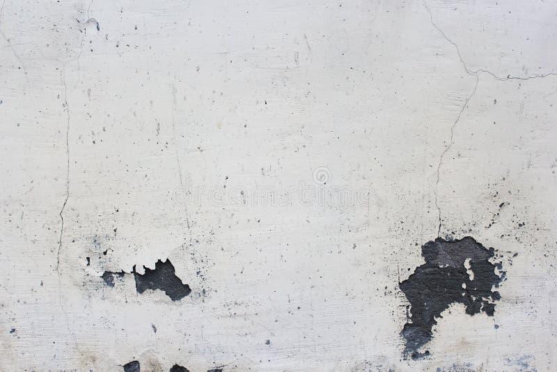 casa grigia di pittura e di vecchio gesso sporco con le crepe immagini stock libere da diritti